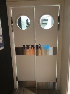 Пластиковая гладкая белая дверь Aquadoor с иллюминатором