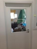 Пластиковая гладкая белая дверь Aquadoor остекленная